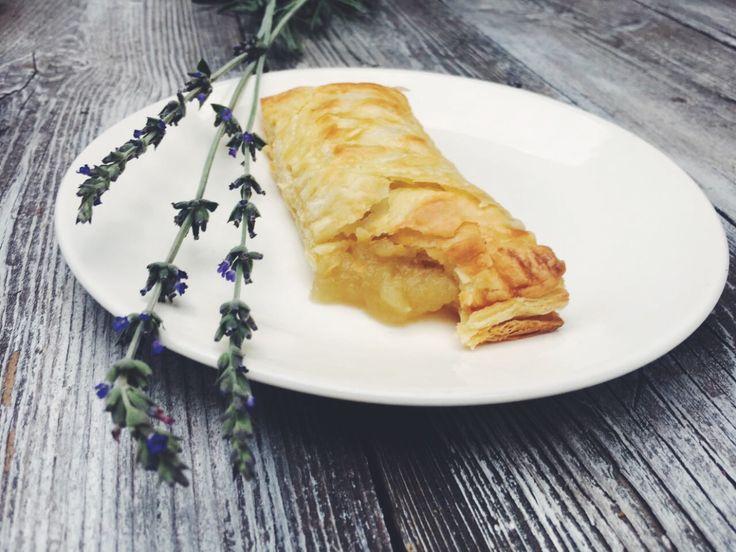 *VEGAN* || 3-ingredient Apple Pie from https://24karrotseatery.wordpress.com/2017/05/19/the-3-ingredient-apple-pie-pockets/