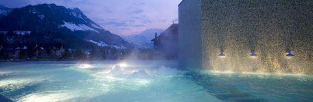 Piscine extérieure avec vue sur les Alpes, Hôtel Cailler à Charmey, entre Fribourg et Lausanne