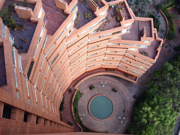 Detalle arquitectónico de la torre central del Parque en Bogotá. - Rogelio Salmona