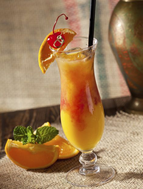 Sex on the Beach Zutaten: 4 cl Wodka, 4 cl Pfirsichlikör, 8 cl Cranberry Juice, 8 cl Orangensaft. Etwa 3 bis 4 Eiswürfel in ein Longdrink