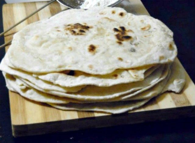 Il chapati è un tipico pane della cucina indiana, un pane azzimo che si prepara facilmente, ottimo quando volete un pane fresco e veloce. Le dimensioni del chapati variano da regione a regione, ma in generale un chapati indiano è di 15 cm di diametro, mentre quello pakistano è più piccolo, circa 5-10 cm di diametro.