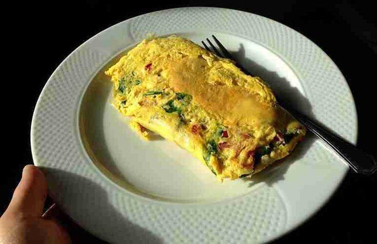 Очень вкусный и быстрый завтрак: яйцо с беконом и сыром