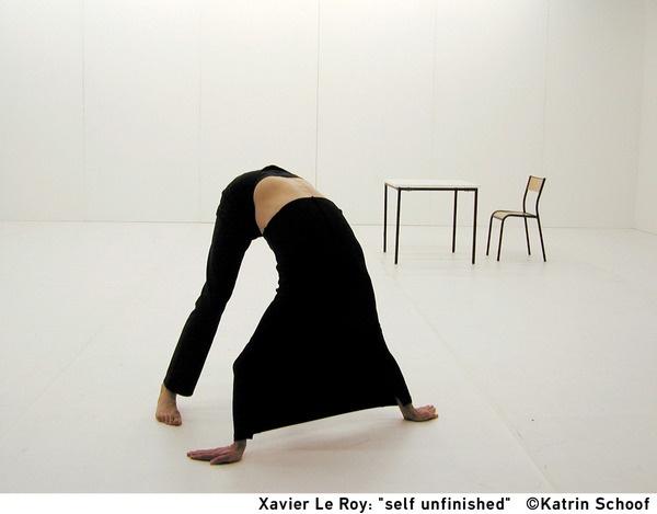 SELF UNFINISHED / Xavier Le Roy, 1998, équilibre des couleurs et dans la souplesse.