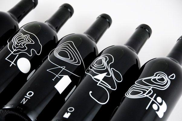 Rob Schellenberg || Ogni longitudine ha il suo vino! Il designer americano Rob Schellenberg ha scelto un modo originale per indicare le tipologie di vino italiano. Su ogni bottiglia è indicato il parallelo a cui corrisponde l'are di produzione del vino.