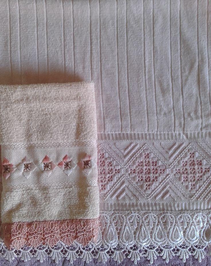 Jogo de toalhas: lavabo cor salmão + toalha de rosto rosa clara.  Bordadas ponto reto e hardanger.  Marca das toalhas: Toalhas São Carlos (lavabo) e Döhler (rosto)