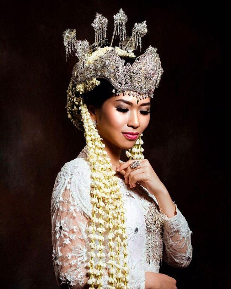Terima Traditional Makeup Pengantin Sunda  Terima sewa baju wanita & pria @maddies.salon Jl. Cemara no.68, Sukajadi, Bandung (022) 2031210, 2043690 #salon #hairsalon #beautysalon #bridalsalon #bandung #indonesia #loreal #inoa #kerastase #makeup #pengantin #sunda #mua #pengantinsunda #sigersunda #weddingmakeup #bridal #pengantinadat #tagsforlikes #bridalmakeup #preweddingmakeup  #makeupbridesmaids #makeupwisuda #makeupgraduation #makeupsweetseventeen…