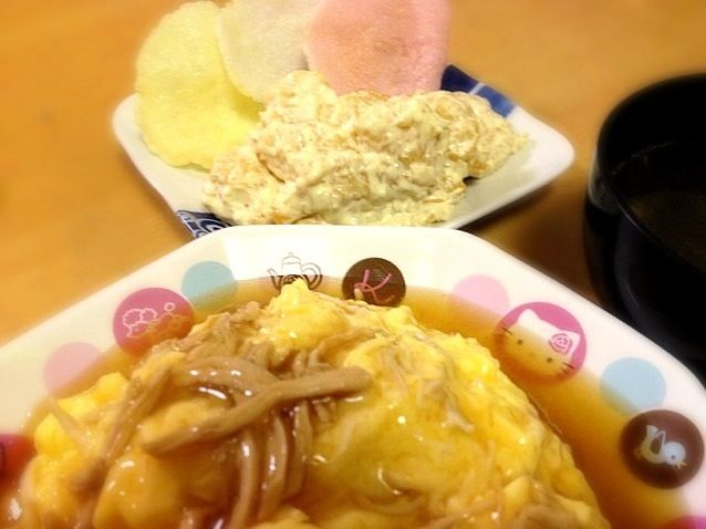先日、業務用スーパーで買った えびせんをどうしても 中華料理に添えたくて そこからのメニュー決めf^_^;) で、海老マヨ( ̄^ ̄)ゞ ふわとろの天津飯はカニカマがなかったから 鶏を蒸してさいたものであんを作りました♪───O(≧∇≦)O────♪ - 72件のもぐもぐ - ふわとろ天津飯   海老マヨえびせんを添えて  わかめスープ by ritsuxdai