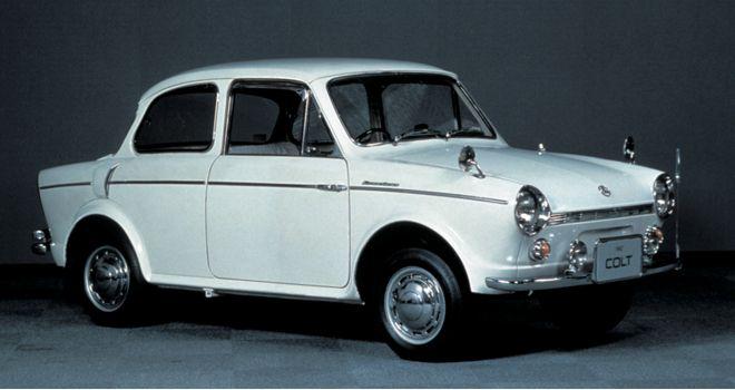 L'essor économique fabuleux du Japon pendant les années 50 et 60 est l'occasion pour Mitsubishi de donner un coup de fouet à ses activités automobiles délaissées depuis la sortie du PX 33 au profit de l'aéronautique : la toute nouvelle 500 est lancée en 1960. Il s'agit d'une petite voiture conçue avec un soin méticuleux aussi à l'aise en ville que sur les pistes.  Elle vaut à Mitsubishi de remporter son premier trophée (dans sa catégorie) lors du Grand Prix de Macao en 1962.