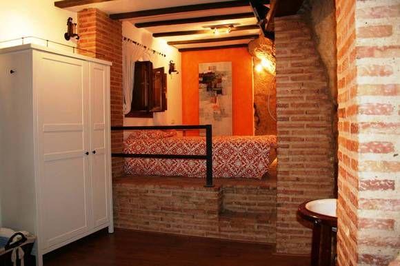 SEVILLA, PEÑAFLOR. Casa Rural El Pocito. Con capacidad para 4 personas, dispone de un amplio dormitorio a dos niveles, salón, baño con ducha de hidromasaje y cocina americana. Es una casa que mantiene en su interior parte de la roca que soporta la muralla de un #castillo almohade de siglo XII. Se encuentra en el casco histórico de la villa de Peñaflor. Se pueden visitar numerosos lugares de interés en las proximidades como #Sevilla, #Carmona, #Écija o #Córdoba. #Escapada_romántica