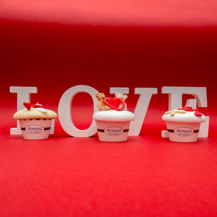 Cu siguranta cadoul perfect pentru Valentines Day, o colectie dulce de cupcake-uri, decorate cum stim noi mai bine.  Un cadou deosebit pentru persoana draga tie!  Pret unitar : 16 lei / BUC