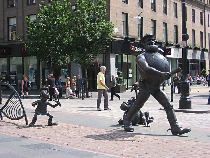 Desperate Dan with his'dawg' and Minnie the Minx strolling along High Street in Dundee © 2006 Scotiana