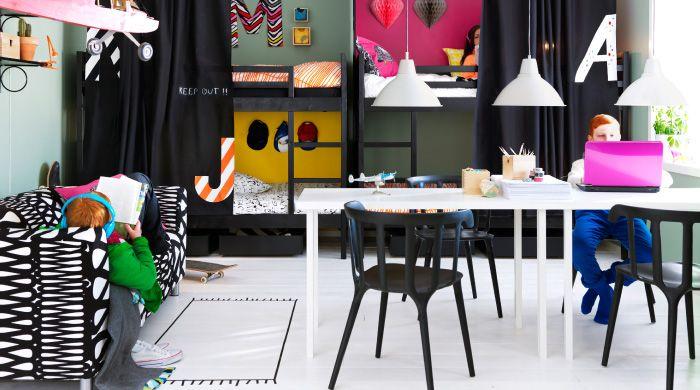 Um quarto de criança com quatro beliches personalizados