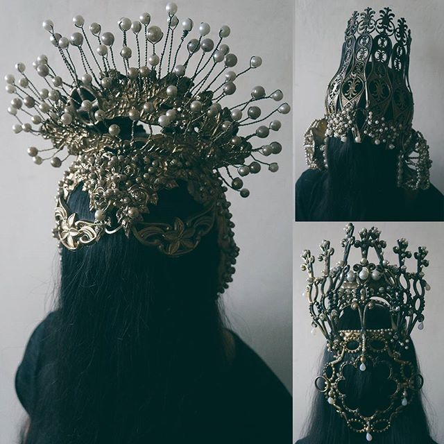 #mulpix Некоторые из моих золотых коронах :) #AgnieszkaOsipa #crown #ornaments #jewellery #headpiece #headgear #kokoshnik #beads #gold #pearls #handmade #embroidery #darkcouture #dark #slavic