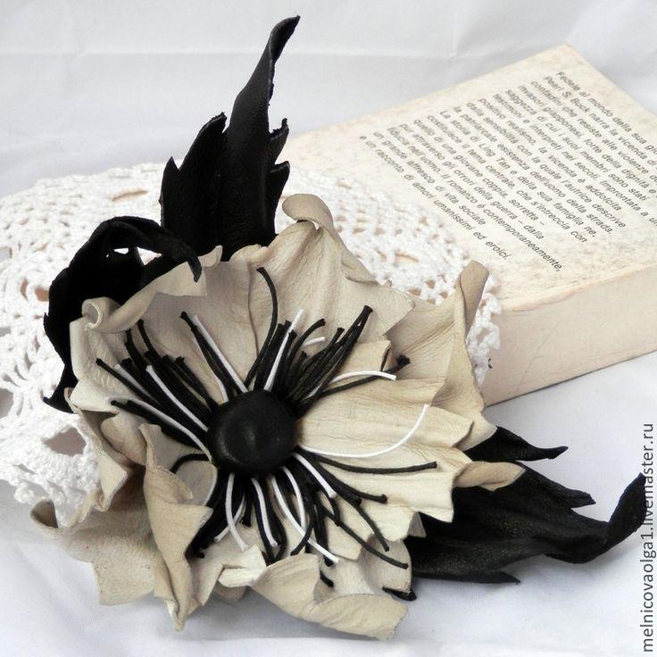"""Брошь из кожи """"Черное и белое"""". Handmade."""