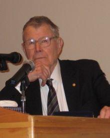 Thomas Crombie Schelling (14 avril 1921 - ) est un économiste américain, ainsi qu'un professeur de politique étrangère, de sécurité nationale, de stratégie nucléaire et de contrôle des armes à la School of Public Policy de l'université du Maryland à College Park. Il partage avec Robert Aumann le Prix de la Banque de Suède en sciences économiques en mémoire d'Alfred Nobel pour 2005, pour avoir : « amélioré notre compréhension des mécanismes de conflit et de coopération par l'analyse de la…