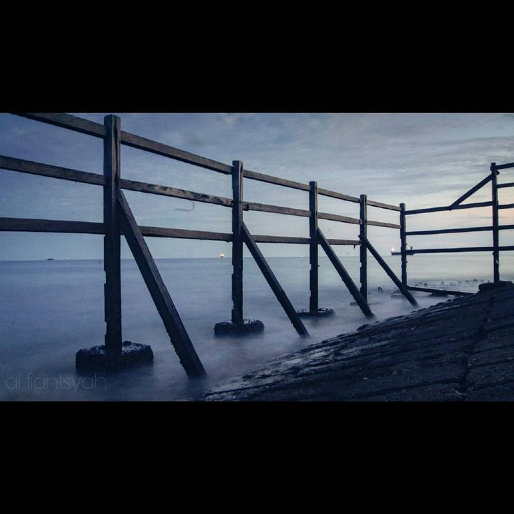 Kuat karena kebersamaan... Tapi apakah kuat untuk slalu bersama? . . . Lok: Heliped Pantai kilang Balikpapan. . . . #balikpapan #balikpapanku #inibalikpapanbosku #anakmudabpp #iklanbalikpapan #minimalist #photography #photoshoot #photobooth #instafame #instagram #landscape #landscapephotography #landscaper #sonyphotography #mood #moody #movie #awesome_earthpix  #photooftheday #cinematic #discovery