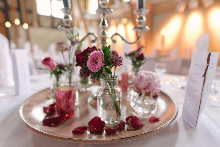 Tischdeko mit Kerzenständer und ein paar Blumen.  Foto: Brigitte Foysi