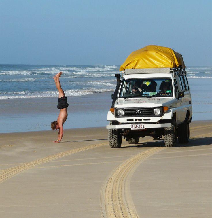 Je kunt Fraser Island op een rustige manier bezoeken door een privétrip voor nette volwassen mensen te boeken, of je gaat mee met de backpackers. Dat laatste betekent in een 4WD Toyota Jeep scheuren over het strand en feesten tot diep in de nacht. Photo: Fraser Island, Queensland, Australië (Australia)