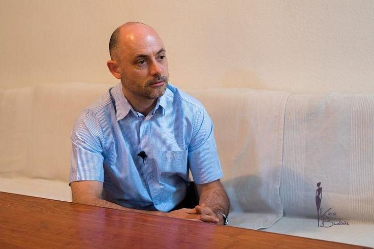 A Kicsi Budoár Női Magazin az Állampolgári Bizottság az Emberi Jogokért Alapítvány elnökével, Dobos Jánossal készített interjút.