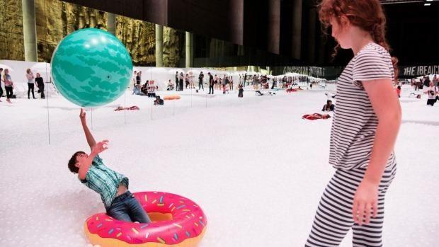 Это надо видеть: в Австралии появился «морской» пляж из миллиона шариков http://joinfo.ua/curious/1193408_Eto-videt-Avstralii-poyavilsya-morskoy-plyazh.html  Теперь жителям столицы Австралии совсем не обязательно выбираться на побережье, чтобы искупаться в океане. В Сиднее появился «морской аттракцион», представляющий собой пляж с морем из 1,1 миллиона пластиковых шариков.Это надо видеть: в Австралии появился «морской» пляж из миллиона шариков, узнайте подробнее...