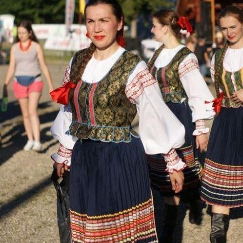 Na LemkoStreet #lemko #street #vatrazdynia #watra #zdynia #summer #costume #lemkocostume #folkfashion #folk #lemkogirls #whiteshirt #pretttgirls #beskidniski #lemkowie #festiwal #gory
