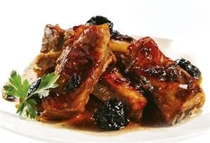 Żeberka ze śliwkami / Ribs with prunes - wyborne żeberka po staropolsku z powidłami śliwkowymi, pieczone z dodatkiem suszonych śliwek w sosie własnym.