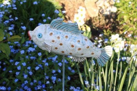 Dieses farbenfrohe Fischlein wünscht sich ein schönes Plätzchen an deinem Teich oder im Garten.  Bei Sonnenschein spiegelt sich seine schuppige Haut im Wasser wieder. Am Bauch hat er ein ca. 8 mm...