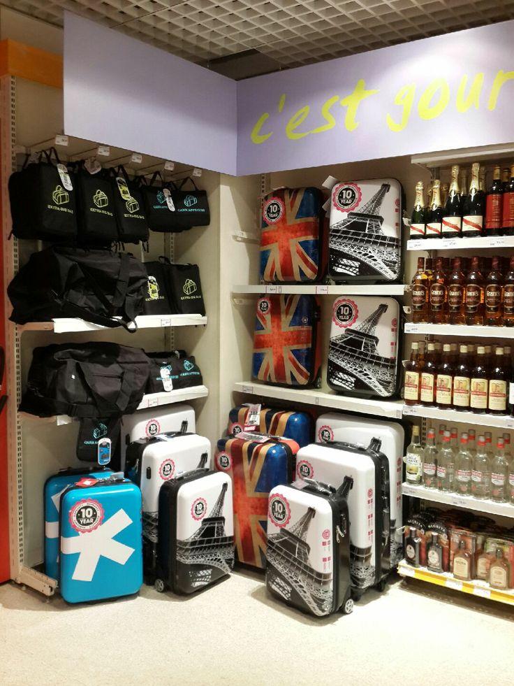 Paris koleksiyonu valizlerimiz Charles de Gaulle Havaalanında! İngiliz komşularıyla beraber:)