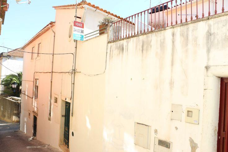 Prédio de habitação e comercio sito na zona histórica de Leiria com quatro fracções independentes. Rés-do-chão com duas lojas de 65m2 e 21m2, 1º andar para habitação c/ 126m2 e 2º Andar e ultimo, para habitação com 130m2. Uma loja e o 1º andar estão arrendados, os andares estão dotados de óptimas condições de habitabilidade. Para Venda! Ref: 1700  #venda #predio #leiria #historico #portugal #imoveis #imobiliaria #novilei #realestate