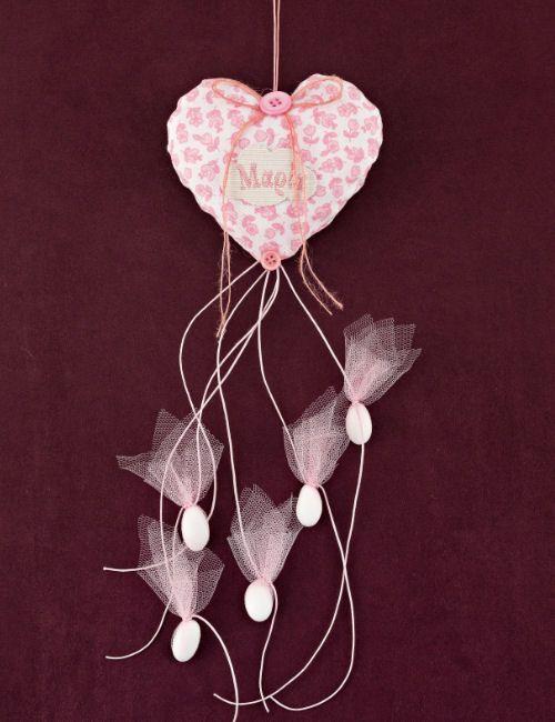 www.mpomponieres.gr Μπομπονιέρα βάπτισης για κορίτσι, μαξιλαράκι καρδιά από ροζ φλόραλ ύφασμα, με κουφέτα κρεμαστά μονά σε ροζ τουλάκι, φιογκάκι με ροζ κουμπί και συννεφάκι με κεντημένο το όνομα. Τα χρώματα κατόπιν συννενοήσης μαζί μας μπορούν να προσαρμοστούν κατά την αρέσκειά σας. Σε όλες τις μπομπονιέρες μαξιλαράκι μπορεί να προστεθεί αποξηραμένη λεβάντα. http://www.mpomponieres.gr/mpomponieres-vaptisis/floral-mpomponiera-baptisis-fouskoti-kardia-me-kentima.html