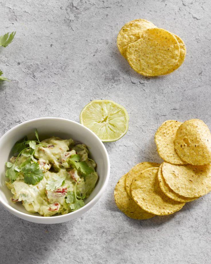 Ideaal voor bij de aperitief is een klassieke guacamole met nacho's. Lekker pittig met wat tabasco in combinatie met het frisse van de limoen.