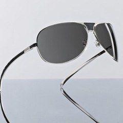 Modell 4140Q, Chanel - Sonnenbrillen 2007: Shopping, Trends & Star-Modelle - Ein herrlicher Unisex-Look für dieses minimalistische Modell. Der absolute Hit: die Ledereinsätze an Bügeln und Nasenpartie stammen von einer Eidechsensorte aus dem Niltal...