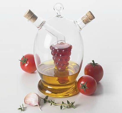 Recipient Ampolla, potrivit atat pentru ulei cat si pentru otet. Designul cu doua guri ale sticlei permite pastrarea intr-un recipient al uleiului si in cel cu forma de strugure al otetului, fara ca licorile sa se amestece. Recipientul include doua dopuri din pluta. Ideal atat pentru prepararea mancarii cat si pentru servirea la masa.