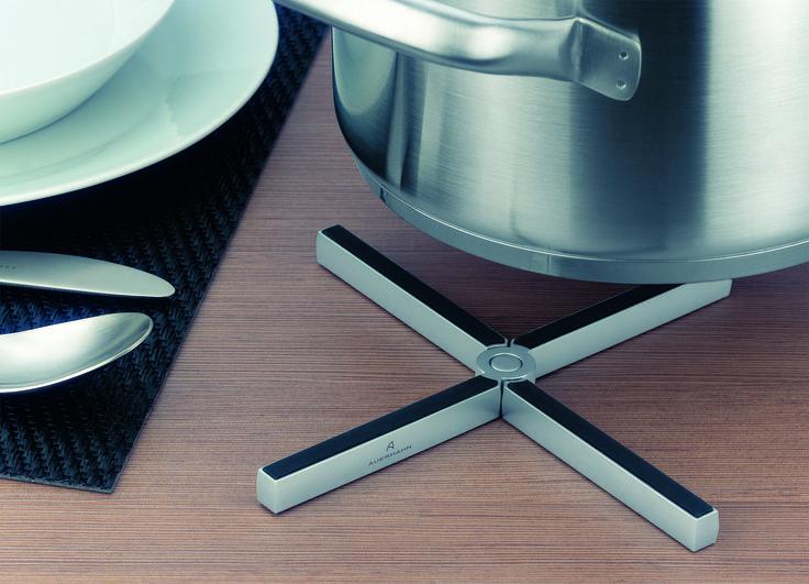 Nowoczesna i elegancka podstawka pod naczynia Mister Xmarki Auerhahn to praktyczne urządzenie, przydatne w każdej kuchni i na każdym stole. Chroni blat przed nagrzaniem, jednocześnie będąc piękną ozdobą jadalni. Dzięki połączeniu silikonu i stali nierdzewnej, na Mister'a X kłaść można rozgrzane naczynia, które trzymać będą stabilność. Silikon jest odporny do temperatury 260 stopni Celsjusza. Nagrodzona na najważniejszym światowym konkursie designu RedDot.