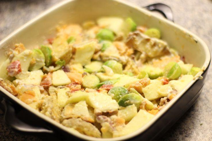 spruitjes, ovenschotel, pastinaak, bataat, zoete aardappel, aardappel, appels, rode uien, uien, winterpeen, winterpenen, sojayoghurt, citroensap, vegan, veganistisch, ovenschotel, spekjes, geraspte kaas, appelmoes, recept, recepten, gratis, gratis recept, recipe, recipes, free, free recipe, dani and mom, daniandmom