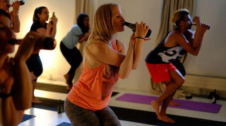 Crédits : BeerYoga Vous aimez le yoga ? Vous aimez la bière ? Alors pourquoi vous entêter à dissocier les deux quand on peut faire du yoga en buvant de la bière ? C'est le principe fondateur du BeerYoga, une discipline qu'on pratique allègrement à Melbourne et Sydney