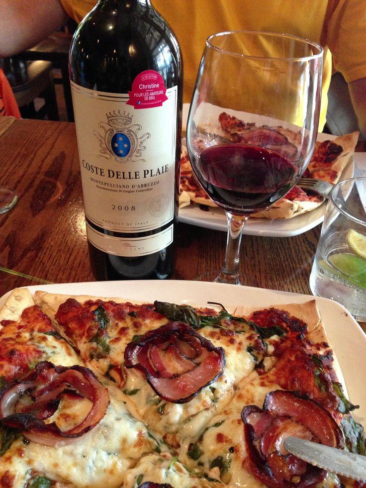 Pizzateria Tremblant, une pizza bacon italien et une bouteille de COSTE delle Plaie! Un accord parfait!