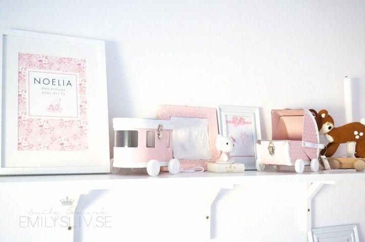 Emilysliv: girl's room shelf display