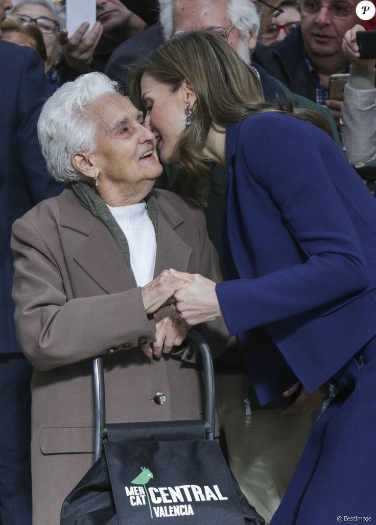 La reine Letizia et le roi Felipe VI d'Espagne ont visité le marché central de Valence à l'occasion de son centenaire, le 24 novembre 2016.