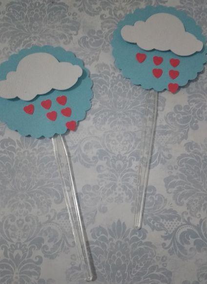 Topper Chuva de amor Topper grande para bolos ou cupcake com lido detalhe de nuvem e apliques de coração formando uma chuva de amor .   tamanho da arte : 6x6 cm  tamanho toral 14,5 cm