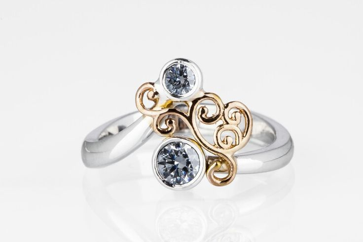 Yellow- and whitegold ring with diamonds.