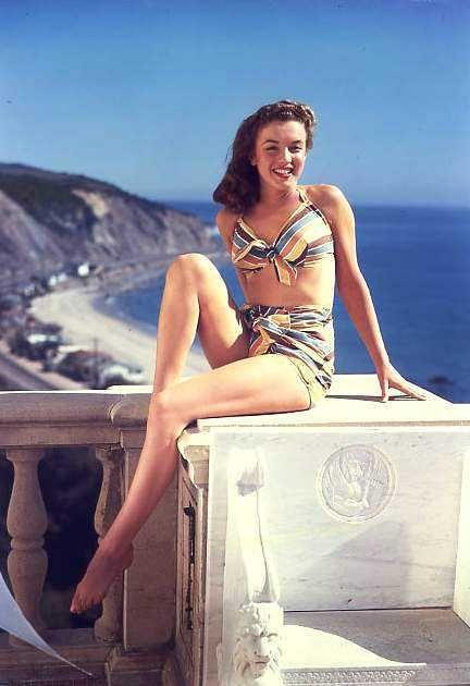 1946 Norma Jeane en bikini rayé - Divine Marilyn Monroe