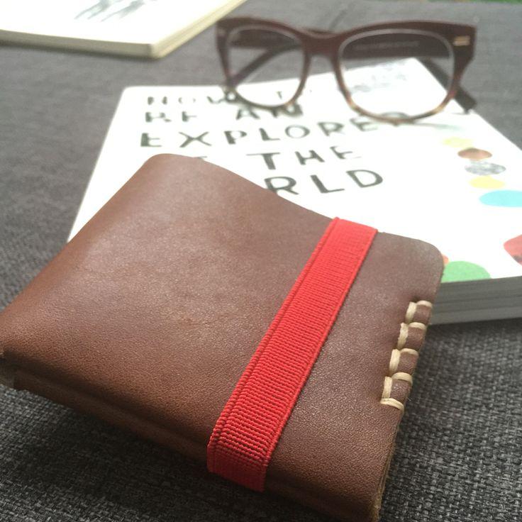 Billetera con capacidad de 6 tarjetas de crédito. Incluye 4 bandas elásticas: roja, naranja, turquesa y natural. Piel natural. Hecha a mano en México.