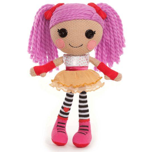Deze Lalaloopsy Crochet Pop heet Peanut Big Top. Peanut Big Top is de gangmaker van elk feestje. Ze is een echte grappenmaakster en wil graag iedereen aan het lachen maken. Haar jurkje is gemaakt van een echt clownspak.
