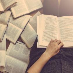 Leer favorece la concentración, aumenta la materia gris del cerebro, hace que seamos más empáticos y tengamos más éxito profesional.