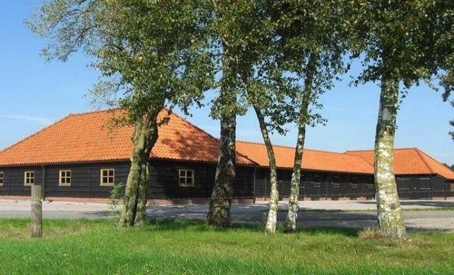 Deze Professionele paardenstal heeft 3 stal draaideuren en keramische dakpannen. Volledig van larikshout.