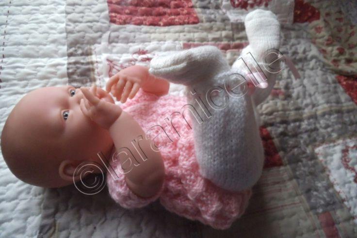 Chloé continue de nous présenter ta tenue. voici un petit pantalon dont le bas est serré avec un ruban tuto de la robe ICI la poupée mesure 40 cm pour un tour de taille de 27 cm; TUTO MATERIEL laine à tricoter avec du 3,5 aig 3,5 ruban POINTS EXPLICATIONS...