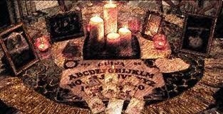 Las velas suelen tener un significado místico más allá de su función para iluminar. De hecho desde tiempos pasados se han utilizado como elemento principal en innumerables hechizos de modo que queremos enseñaros a continuación de qué modo podemos hacerlos nosotros ya sea para atraer el amor, el dinero o la buena suerte. Siempre con un buen fin, en Esoterismos te enseñamos a continuación, cómo hacer hechizos con velas.