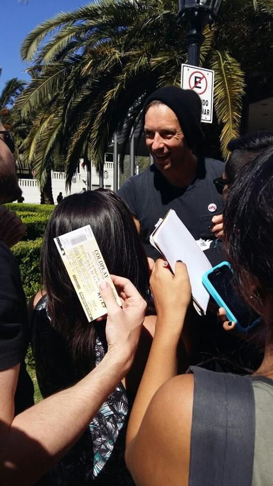 Chris Martin meeting fans in Argentina before the show - March 31 | via FB: Coldplay Argentina #ColdplayBuenosAires
