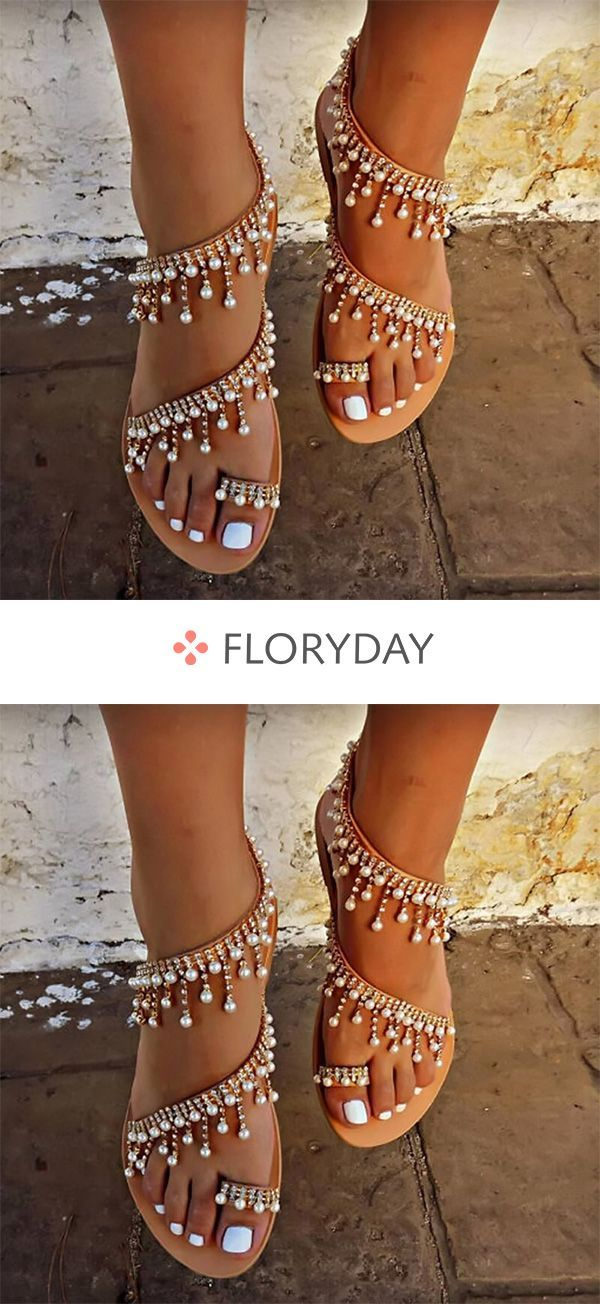 Flache Schuhe mit Perlenquaste und Zehentrenner – Tanja Perschon-Theilen